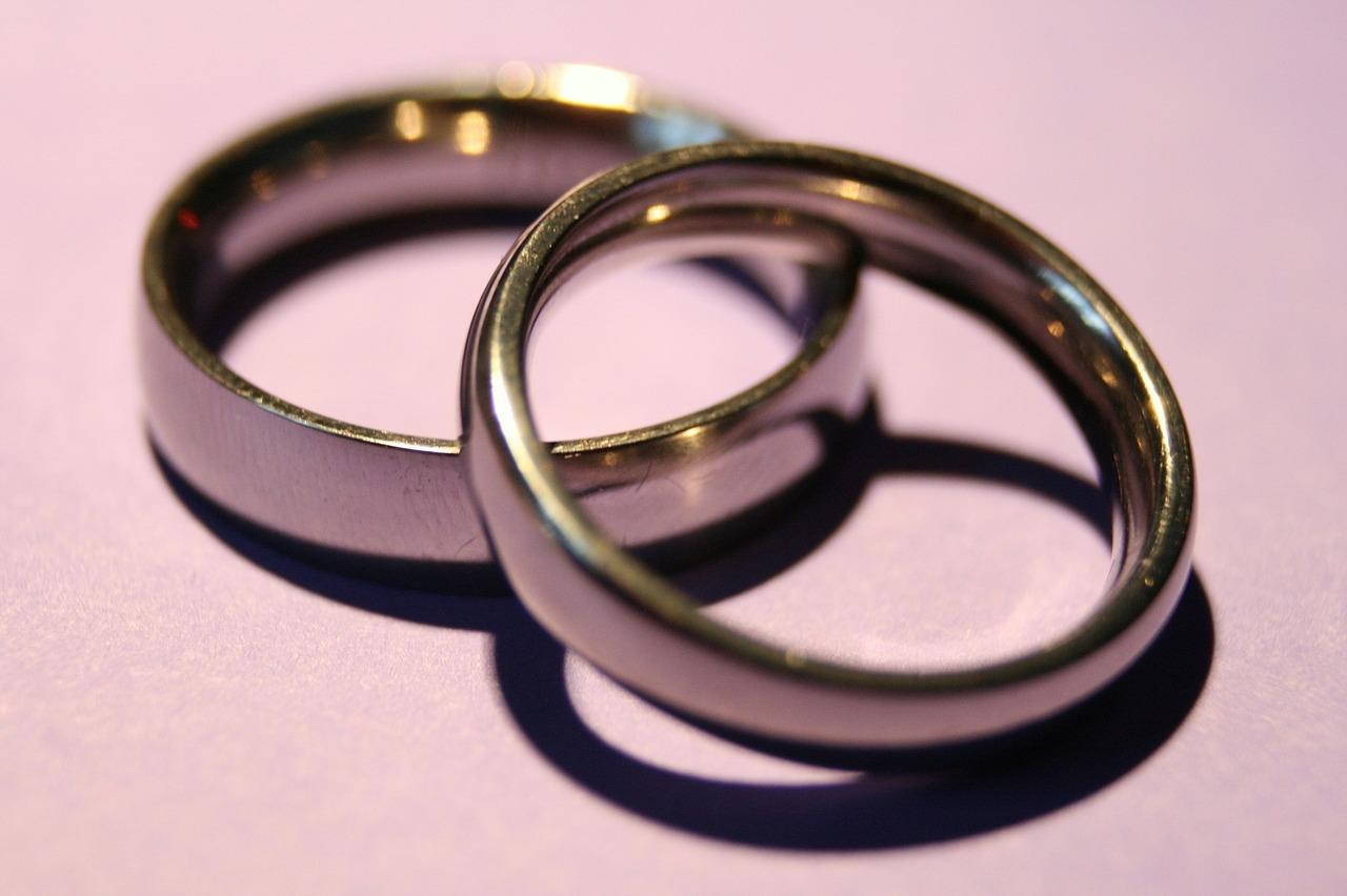 השוואה בין מחיר טבעת אירוסין באינטרנט לבין חנות מקומית